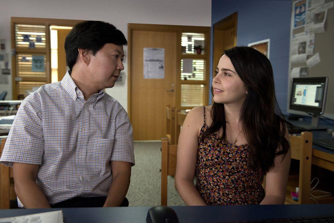 Als der Lehrer Mr. Arthur (Ken Jeong, l.) ausgerechnet Bianca (Mae Whitman, r.) dazu verdonnert, über das Sozialleben der Schule und speziell über d... - Bildquelle: 2015 Granville Pictures Inc. ALL RIGHTS RESERVED.