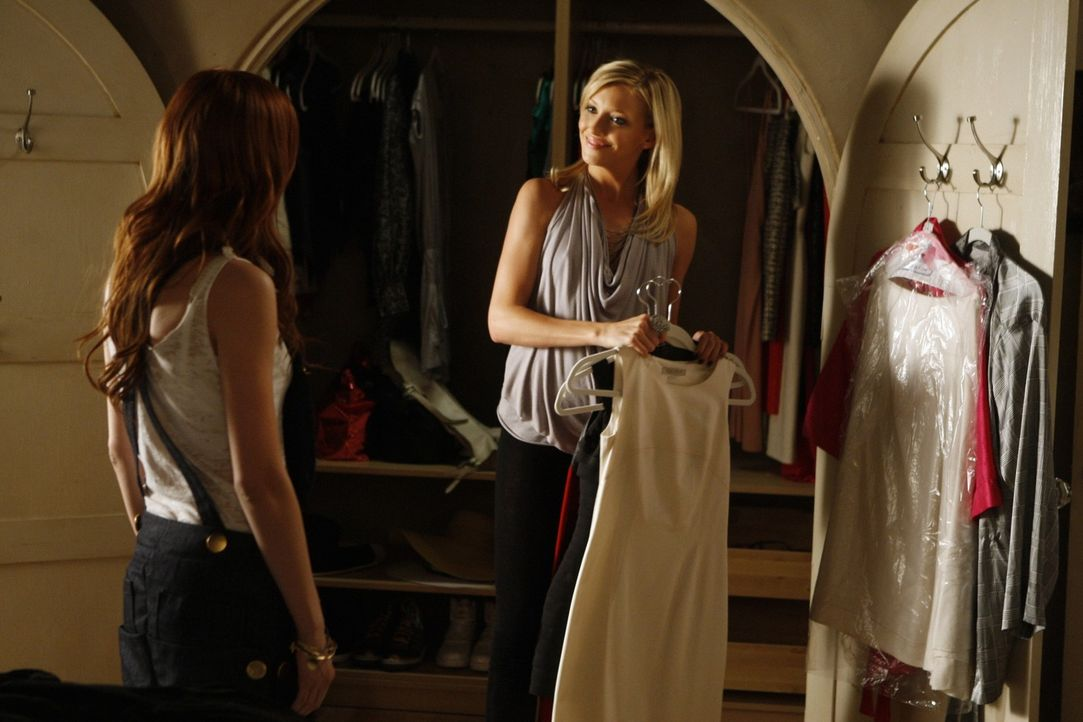 Wird Violet (Ashlee Simpson, l.) den Job dank Ellas (Katie Cassidy, r.) Hilfe bekommen? - Bildquelle: 2009 The CW Network, LLC. All rights reserved.