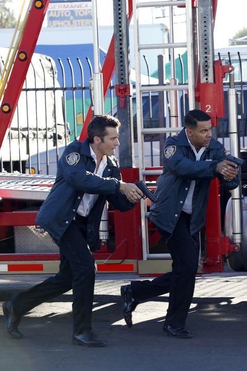 Ryan (Seamus Dever, l.) und Esposito (Jon Huertas, M.) jagen dem Mann hinterher, der das Auto in der Schrottpresse vernichtet hat, in dem Castle off... - Bildquelle: Kelsey McNeal ABC Studios / Kelsey McNeal