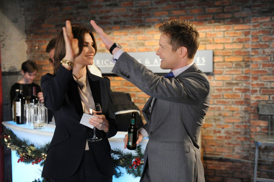 Werden Alicia (Julianna Margulies, l.) und Cary (Matt Czuchry, r.) in ihrem Fall triumphieren, obwohl Will hinterhältige Methoden anwendet? - Bildquelle: David M. Russell 2013 CBS Broadcasting Inc. All Rights Reserved.