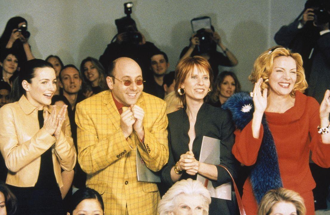 (v.l.n.r.) Charlotte (Kristin Davis), Stanford (Willie Garson), Miranda (Cynthia Nixon) und Sam (Kim Cattrall) sind völlig aus dem Häuschen, als s... - Bildquelle: Paramount Pictures