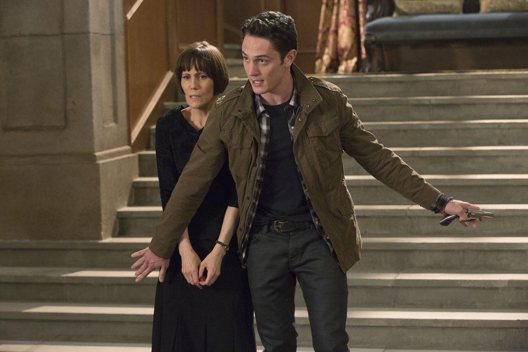 Während Valentina verzweifelt, versucht Ethans (Colin Woodell, r.) Geheimnis zu wahren, will dieser die Taten seiner Mutter Opal (Joanna Adler, l.)... - Bildquelle: 2014 ABC Studios