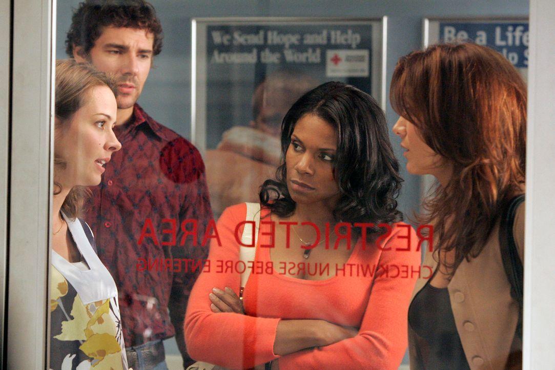 Naomi (Audra McDonald, 2.v.r.) nimmt Addison (Kate Walsh, r.) mit ins Krankenhaus, damit sie mehr über den siebenjährigen Sohn von Molly (Amy Acker,... - Bildquelle: ABC Studios