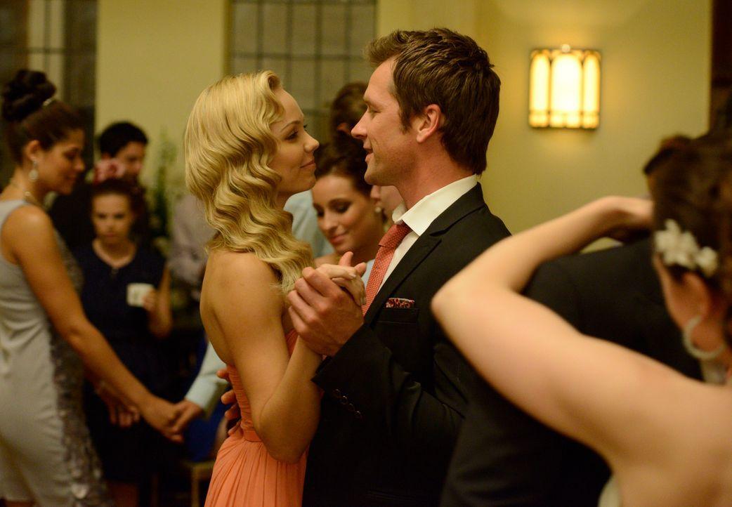 Philip (Paul Greene, r.) bitten Elena (Laura Vandervoort, l.), mit ihm den nächsten Schritt zu wagen ... - Bildquelle: 2014 She-Wolf Season 1 Productions Inc.