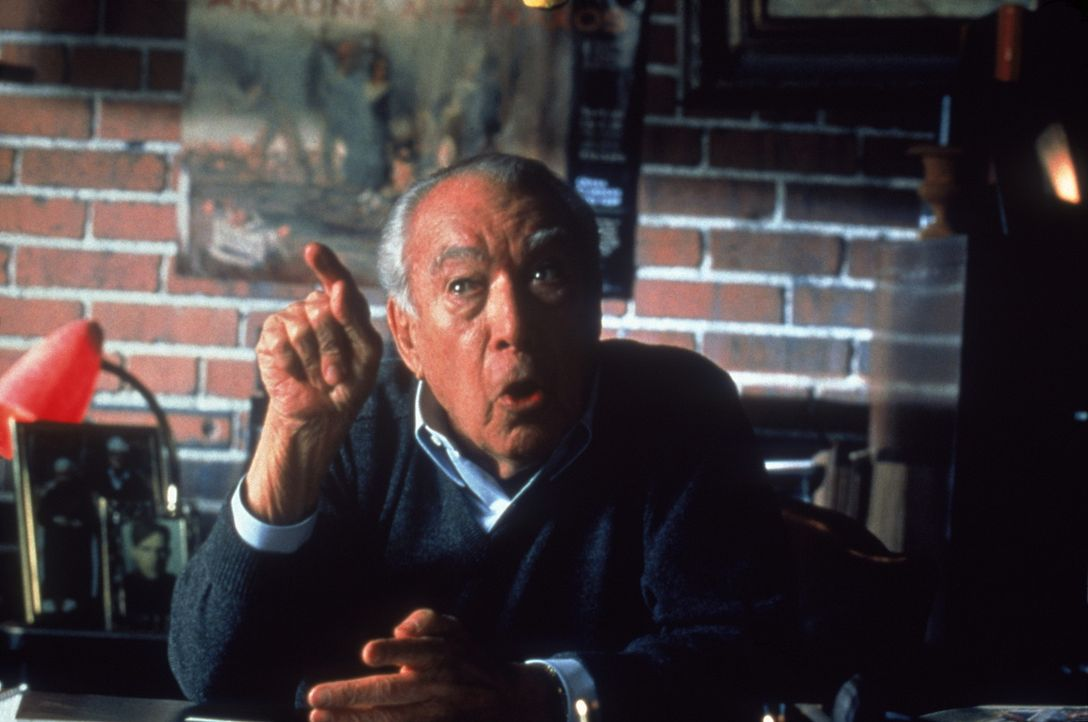 Seine Tochter ahnt nichts von ihrer wahren Identität: Mafiaboss Angelo Allieghieri (Anthony Quinn) ... - Bildquelle: Warner Bros.
