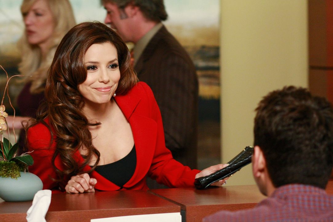 Carlos versetzt Lynette, da sie nicht nach Florida will, in einen Abstellraum. Als sie ihn verklagt, wird sie entlassen, und Gabrielle (Eva Longoria... - Bildquelle: ABC Studios