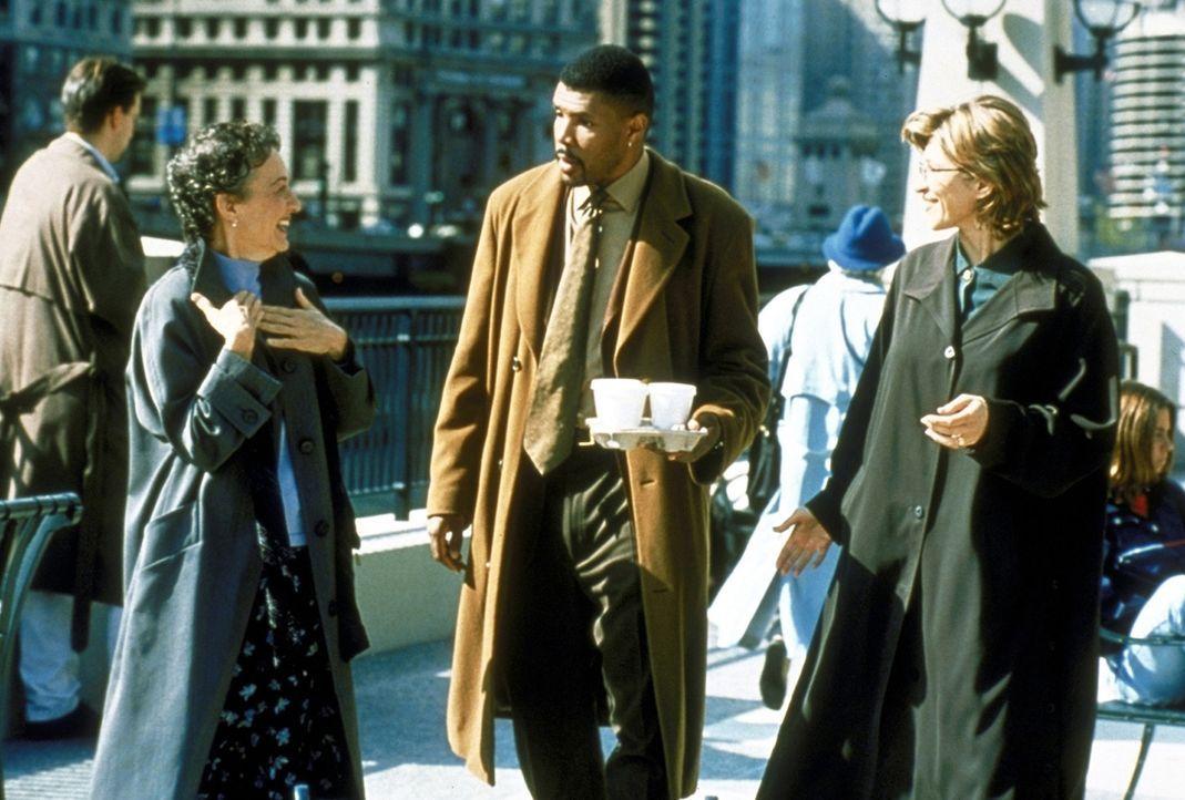 Dr. Benton (Eriq La Salle, M.) hat Schwierigkeiten, sich auf ein Gespräch mit der gehörlosen Ärztin Lisa Parks (Phyllis Frelich, l.) einzulassen. - Bildquelle: TM+  2000 WARNER BROS.