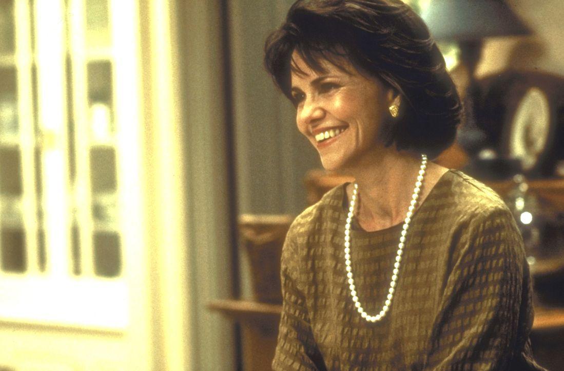 Seit die überarbeitete Miranda (Sally Field) in Mrs. Doubtfire ein perfektes Haus- und Kindermädchen gefunden hat, gewinnt sie wieder Freude am Lebe... - Bildquelle: 20th Century Fox
