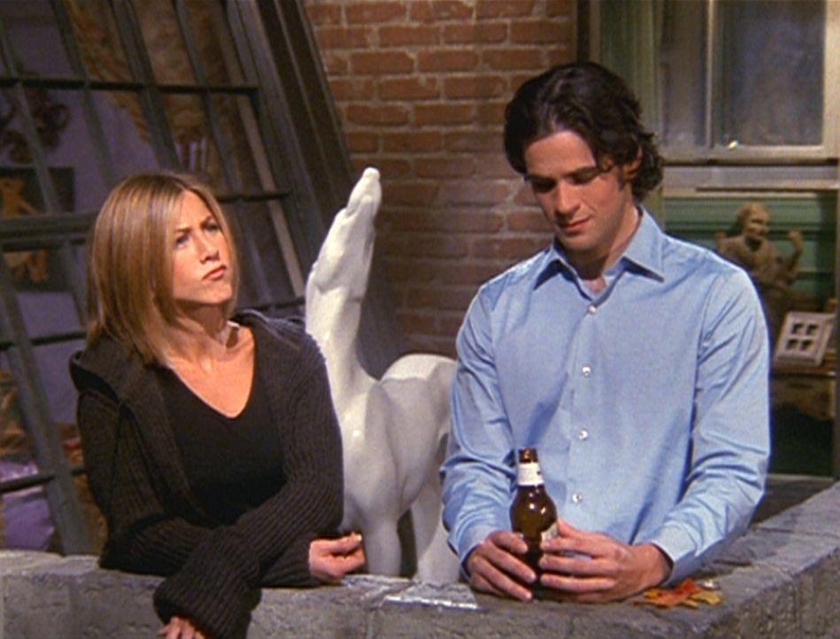 Tag (Eddie Cahill, r.) erzählt Rachel (Jennifer Aniston, l.), dass seine Freundin sich von ihm getrennt hat. - Bildquelle: TM+  2000 WARNER BROS.