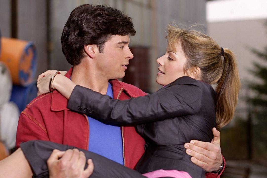 Obwohl Lois (Erica Durance) in einer Welt ohne Clark (Tom Welling, l.) erfolgreiche Reporterin wäre, will er sie nicht verlassen ... - Bildquelle: Warner Bros.