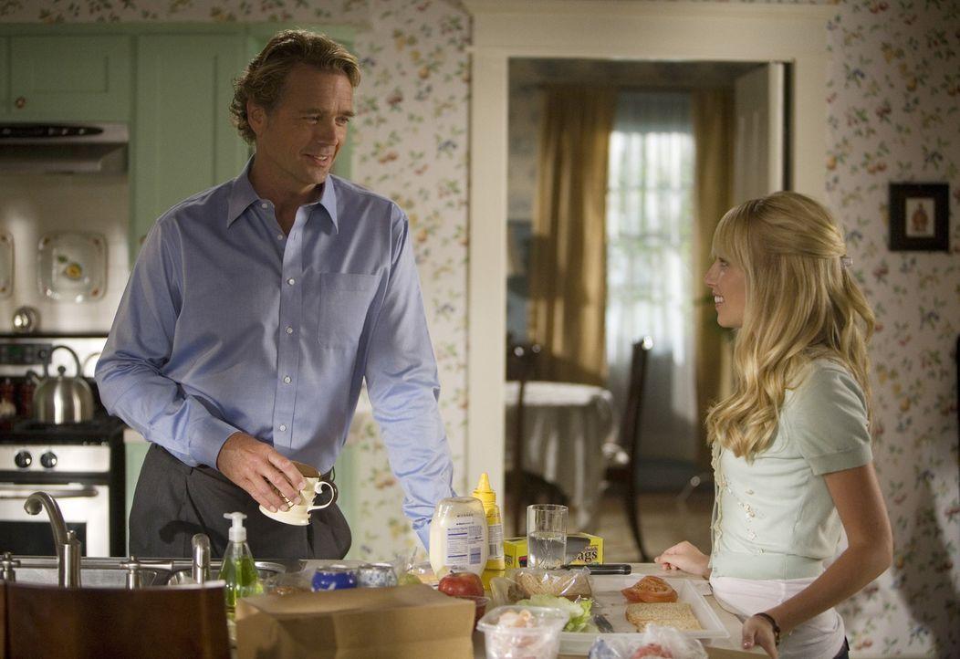Graces (Megan Park, r.) Vater Marshall (John Schneider, l.) muss langsam akzeptieren, dass sie eigene Entscheidungen treffen will... - Bildquelle: ABC Family