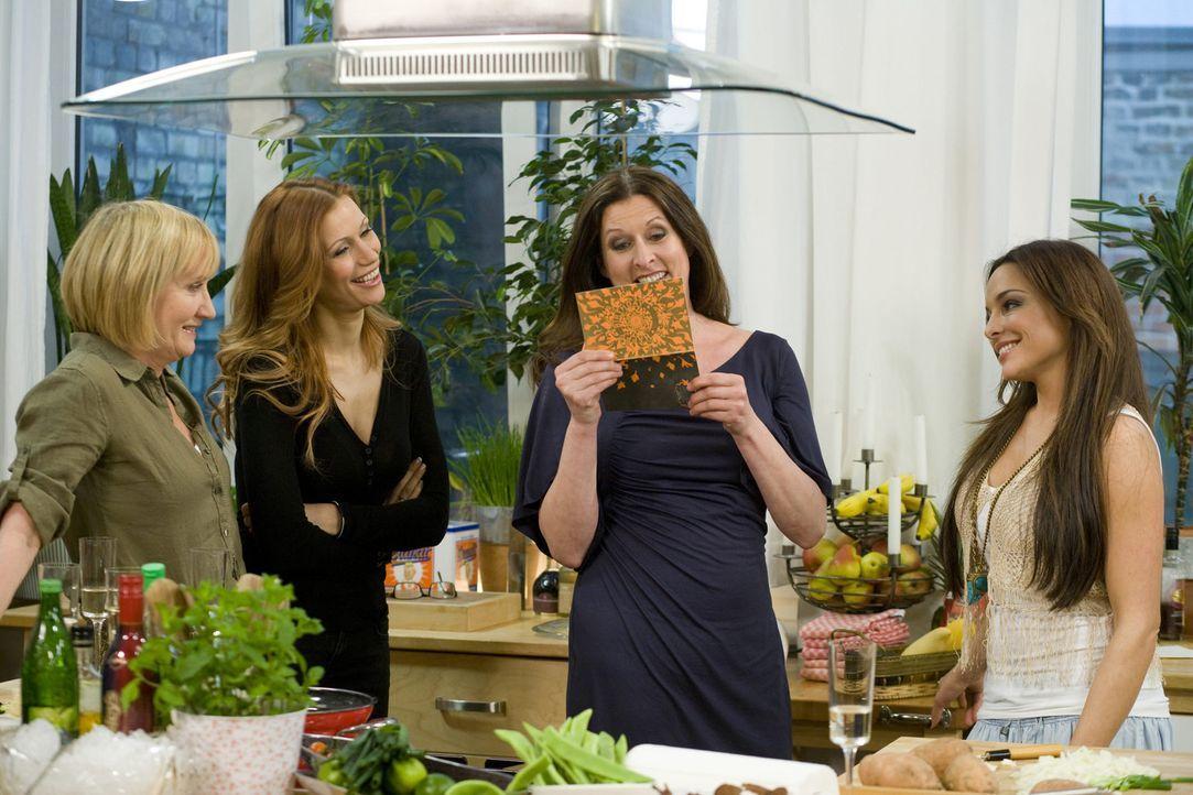Die Freundinnen feiern Geburtstag: Evelyn Holst (l.), Yasmina Filali (2.v.l.), Birgit Ehrenberg (2.v.r.) und Estefania Küster (r.) ... - Bildquelle: sixx