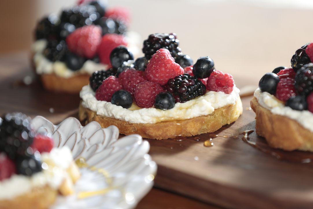 Bei einer guten Mahlzeit sollte auch ein leckeres Dessert nicht fehlen. Hierfür hat sich Giada ein Toast mit verschiedenen Beeren und einer leckeren... - Bildquelle: 2016,Television Food Network, G.P. All Rights Reserved