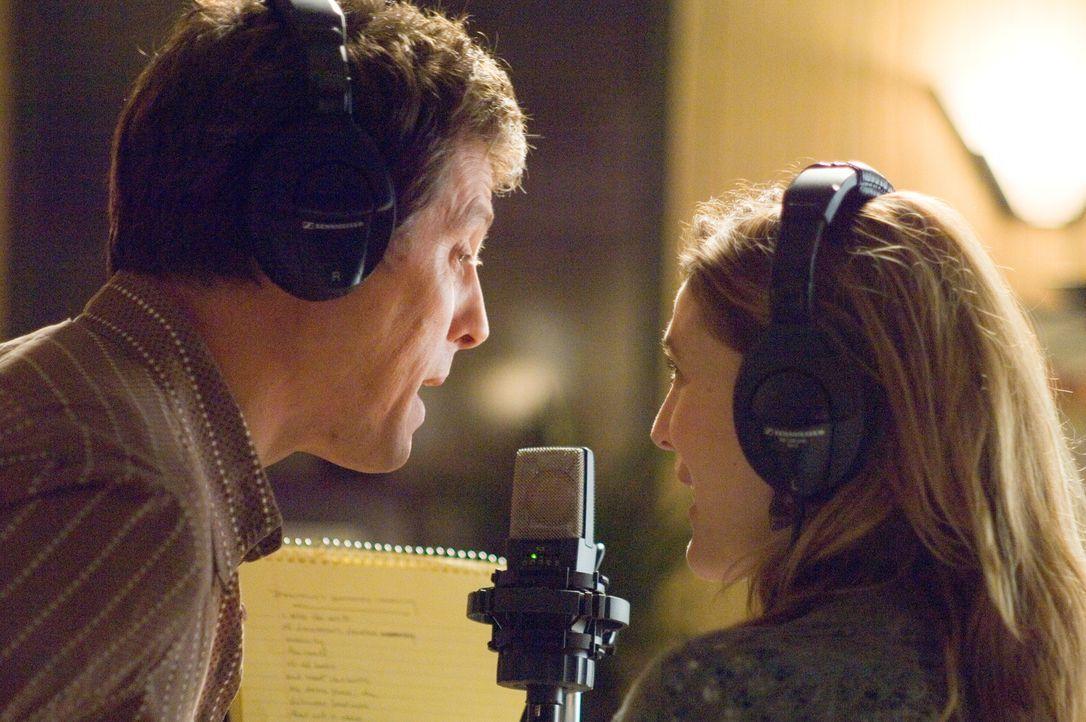 Als er hört, dass er einen Song für Popsternchen Cora Corman schreiben soll, ist er hoch erfreut. Als Alex (Hugh Grant, l.) allerdings erfährt, dass... - Bildquelle: Warner Bros.