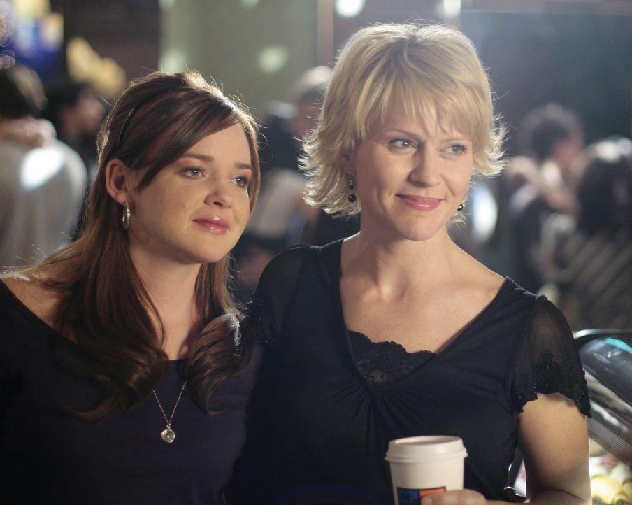 Mutter und Tochter in trauter Gemeinsamkeit: Nicole (Marguerite MacIntyre, r.) und Lori (April Matson, l.) Trager amüsieren sich auf dem Schulball. - Bildquelle: TOUCHSTONE TELEVISION