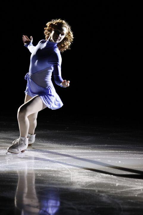 Dank der Liebe ihres Freundes findet die erblindete Eiskunstläuferin Lexi (Taylor Firth) zurück aufs Eis - mit großem Erfolg ... - Bildquelle: 2010 Stage 6 Films, Inc. All Rights Reserved.