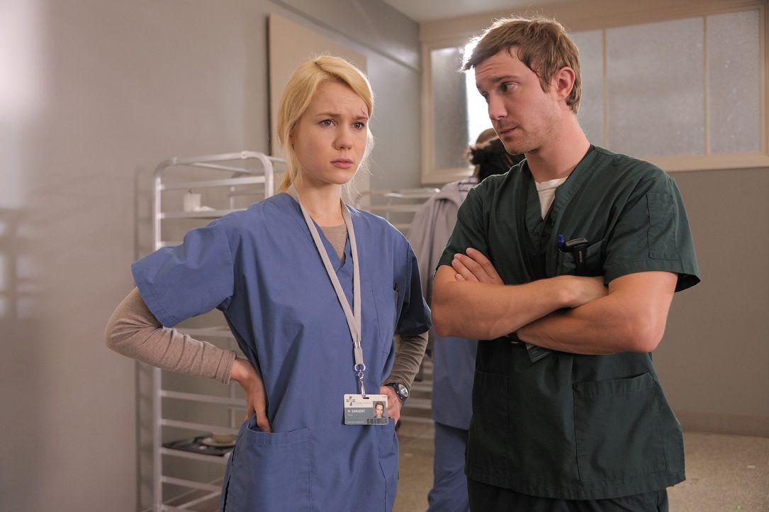 Müssen sich über ihre Beziehung zueinander klar werden: Nora (Kristen Hager, l.) und Josh (Sam Huntington, r.) ... - Bildquelle: Phillipe Bosse Syfy Channel