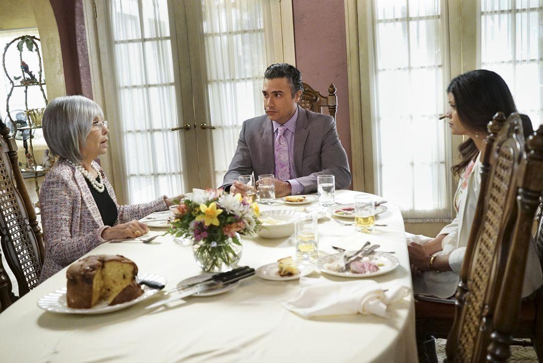 Während Jane versehentlich Rafaels Chancen, die Alkohollizenz für das Hotel zurück zu erlangen, ruiniert, kommt Rogelios (Jaime Camil, M.) Mutter Li... - Bildquelle: 2014 The CW Network, LLC. All rights reserved.