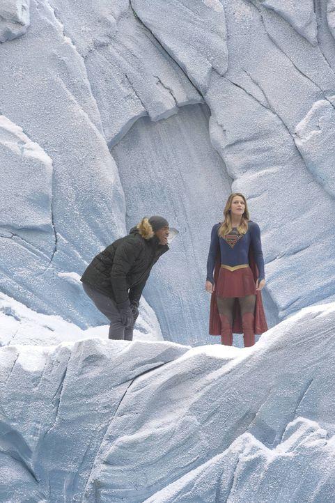 Um eine Außerirdische namens Indigo aufhalten zu können, muss Kara alias Supergirl (Melissa Benoist, r.) zur Festung ihres Cousins fliegen. Dort wol... - Bildquelle: 2015 Warner Bros. Entertainment, Inc.