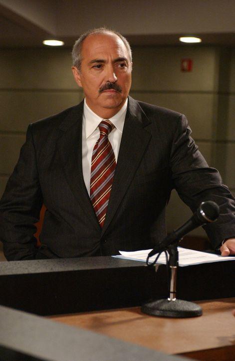 Für Staatsanwalt Devalos (Miguel Sandoval) beginnt eine wahre Pechsträhne - hat die Wahrsagerin Olga ihre Finger im Spiel? - Bildquelle: Paramount Network Television