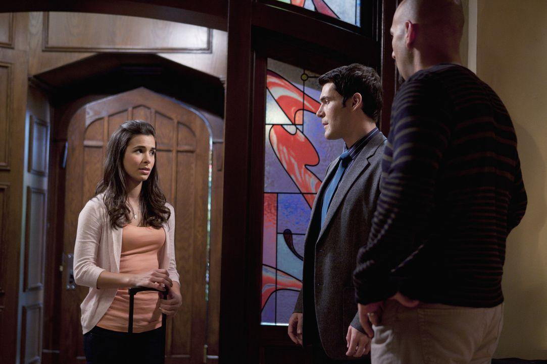 Kaylie (Josie Loren, l.) und ihr Vater (Jason Manuel Olazaba, r.) versichern Marcus (Sean Maher, M.), in der Öffentlichkeit nichts von Kaylies Mage...