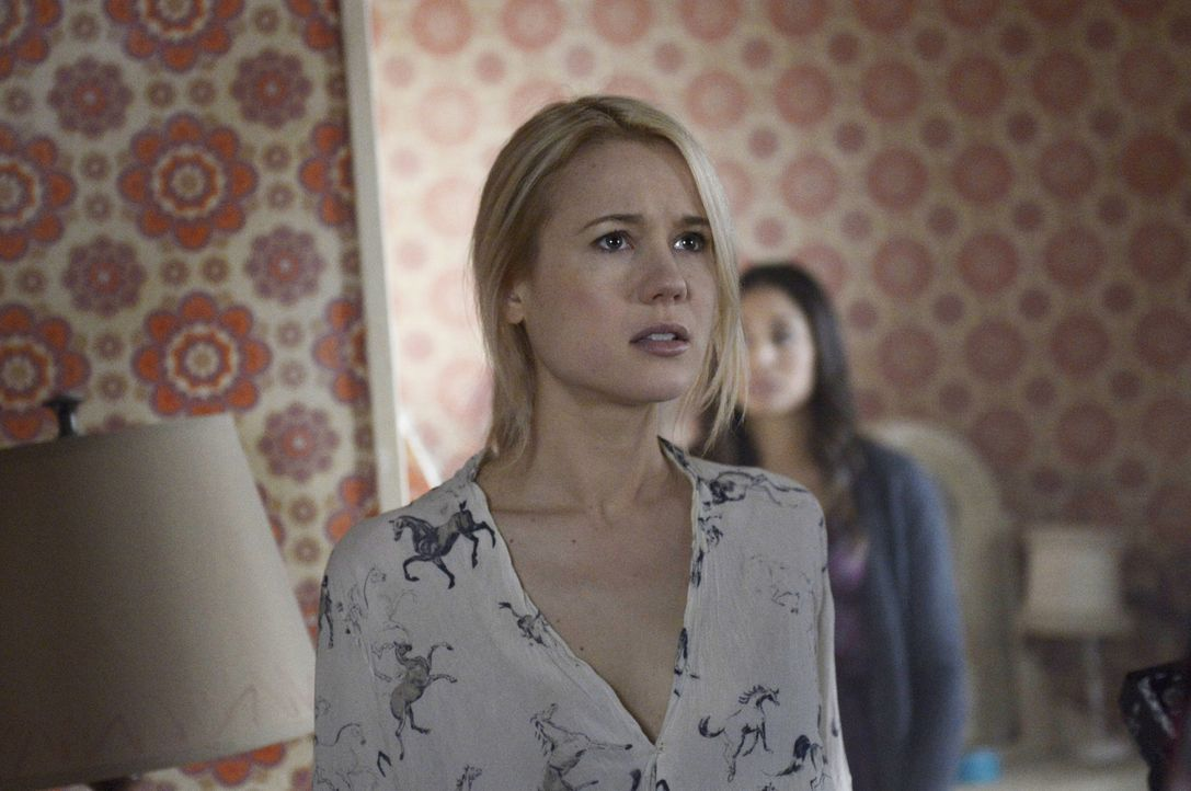 In dem mysteriösen Raum hat Nora (Kristen Hager) ein ungutes Gefühl. Zu Recht? - Bildquelle: Philippe Bosse 2014 B.H. 4 Productions (Muse) Inc. ALL RIGHTS RESERVED.