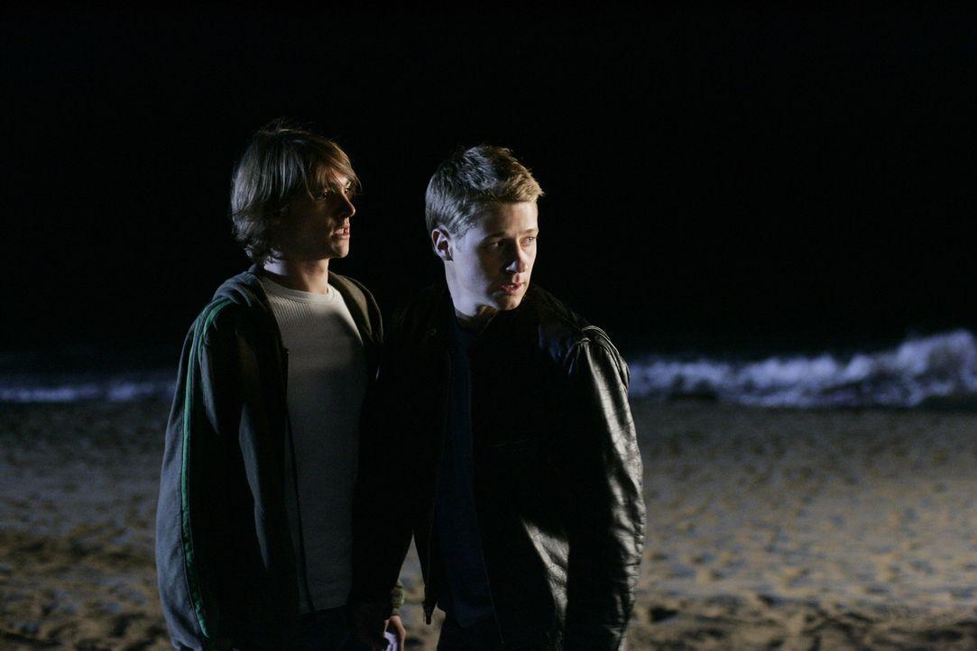 Haben Volchock in die Flucht geschlagen: Johnny (Ryan Donowho, l.) und Ryan (Benjamin McKenzie, r.) ... - Bildquelle: Warner Bros. Television