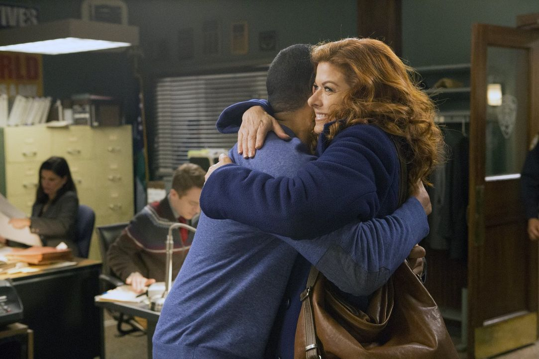 Freuen sich, als sie ihren Fall abgeschlossen haben: Laura (Debra Messing, r.) und Billy (Laz Alonso, l.) ... - Bildquelle: 2016 Warner Bros. Entertainment, Inc.
