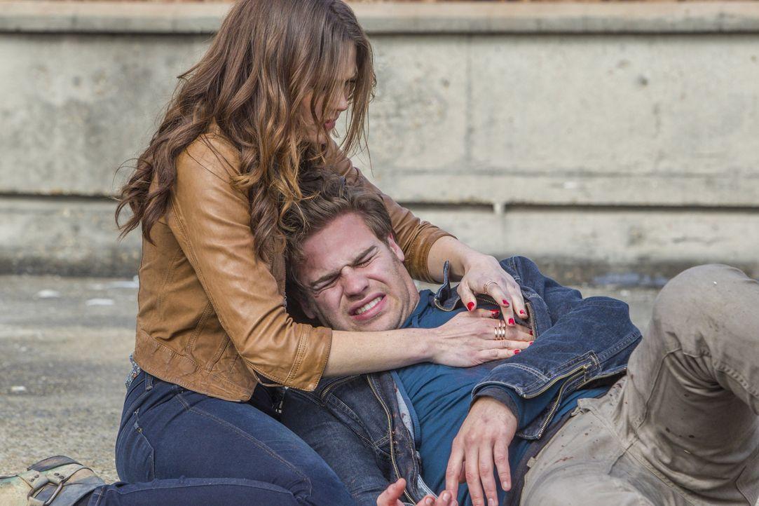 Werden Emery (Aimée Teegarden, l.) und Grayson (Grey Damon, r.) dem Kampf mit den Atrians zum Opfer fallen? - Bildquelle: 2014 The CW Network, LLC. All rights reserved.