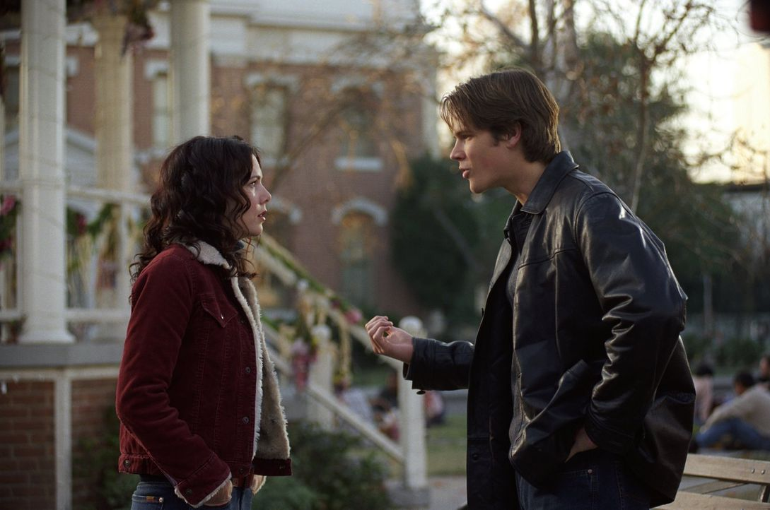 Dean (Jared Padalecki, r.) ist wütend, als Rory mit Jess zum Picknick geht, statt mit ihm. Währenddessen haben Lorelai (Lauren Graham, l.) und Sooki... - Bildquelle: 2001 Warner Bros. Entertainment, Inc.