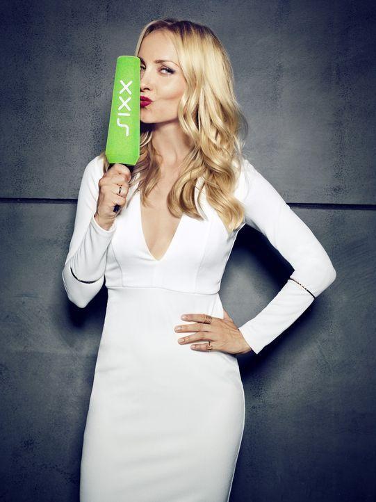 """Lifestyle at its best! Janin Ullmann geht als Fashionista auf Mission und präsentiert beim neuen sixx-Magazin """"Red.Style"""" unter dem Motto """"We make y... - Bildquelle: Thomas von Aagh sixx"""