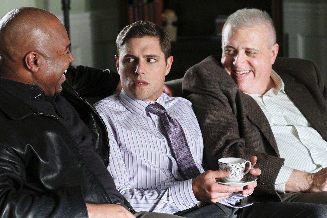 Während Susan für Mike Geld eintreiben geht, hofft Bree, mit Hilfe von Sergeant Clemente (David Reivers, l.) und Detective Turner (Vic Polizos, r.)... - Bildquelle: ABC Studios
