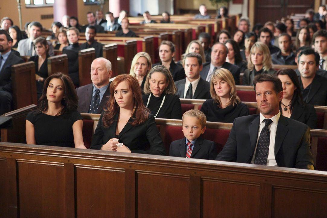Nehmen Abschied von Karl, der durch einen Flugzeugabsturz ums Leben gekommen ist: Susan (Teri Hatcher, l.), Julie (Andrea Bowen, 2.v.l.), M.J. (Maso... - Bildquelle: ABC Studios
