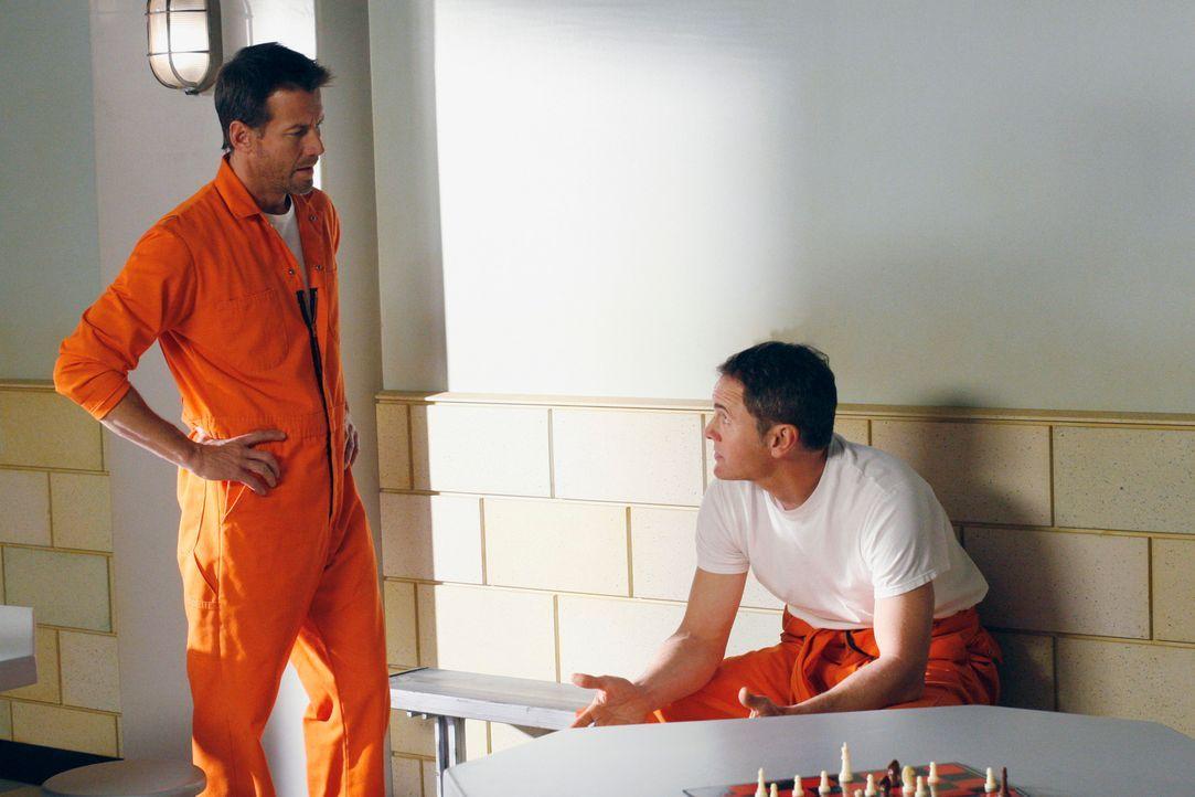 Mike (James Denton, l.) konfrontiert Paul (Mark Moses, r.) damit, dass er von seinem kleinen Anschlag auf ihn Bescheid weiß ... - Bildquelle: 2005 Touchstone Television  All Rights Reserved