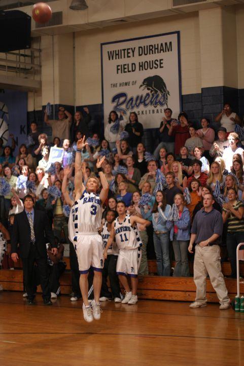 Wird Lucas (Chad Michael Murray, vorne) den Korb machen und somit seiner Mannschaft zum Sieg verhelfen? - Bildquelle: Warner Bros. Pictures