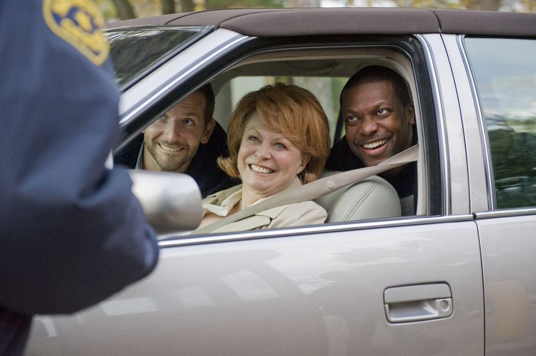 Seine Mutter (Jacki Weaver, M.) und sein Freund (Chris Tucker, r.) wollen nur eines: Pat (Bradley Cooper, l.) soll sein Leben so schnell wie möglich... - Bildquelle: 2012 The Weinstein Company.