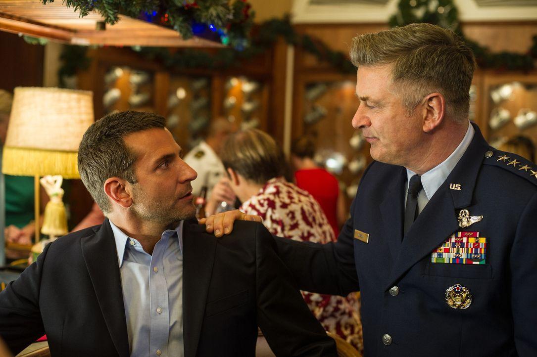 Als Brian (Bradley Cooper, l.) auf seinen alten Vorgesetzten General Dixon (Alec Baldwin, r.) trifft, ahnt er sofort, dass dieser ihm nicht gerade w... - Bildquelle: 2015 Columbia Pictures Industries, Inc. All Rights Reserved.