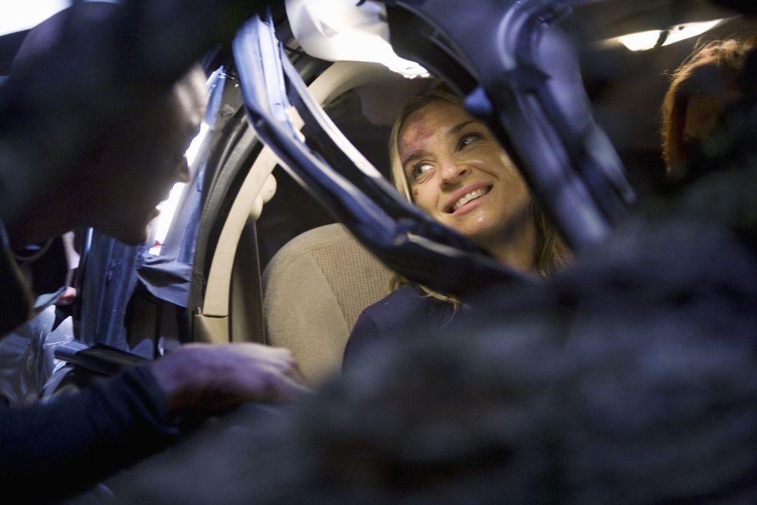 Addison (Kate Walsh, r.) und Sam (Taye Diggs, l.) versuchen alles, damit Kara (Ever Carradine, M.) aus dem Auto befreit werden kann ... - Bildquelle: ABC Studios