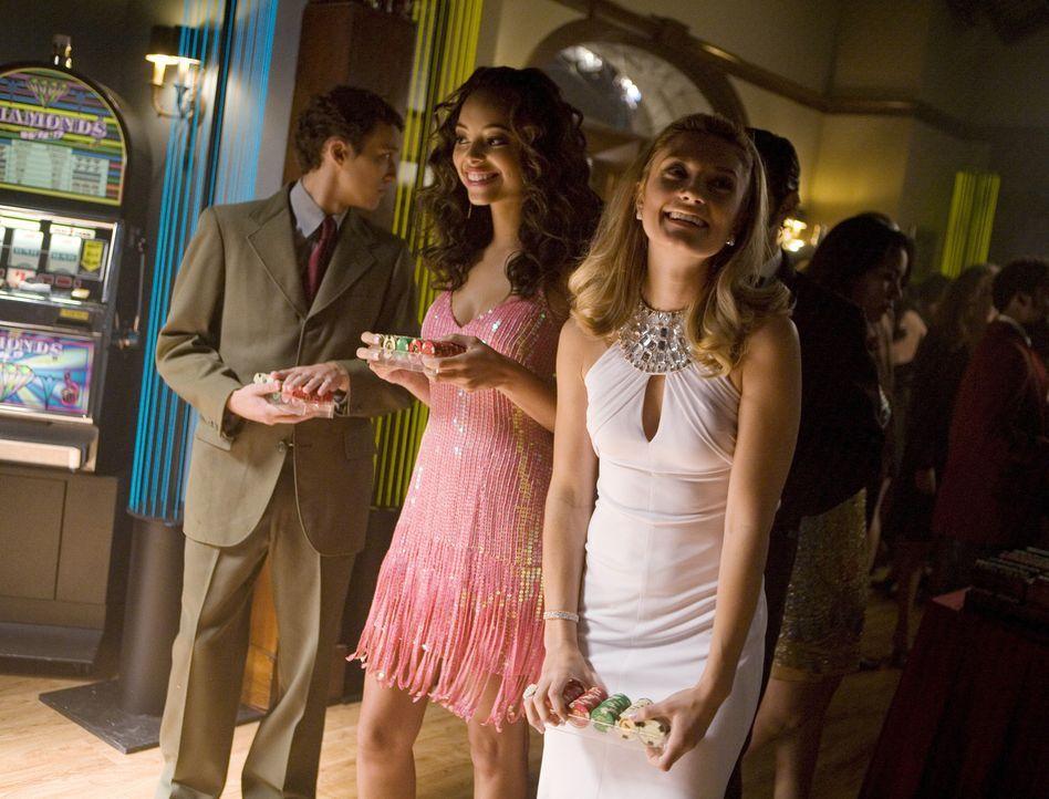 Hoffen bei der Casino-Nacht auf einen großen Gewinn: Ashleigh (Amber Stevens, vorne l.) und Casey (Spencer Grammer, vorne r.) ... - Bildquelle: 2008 ABC Family