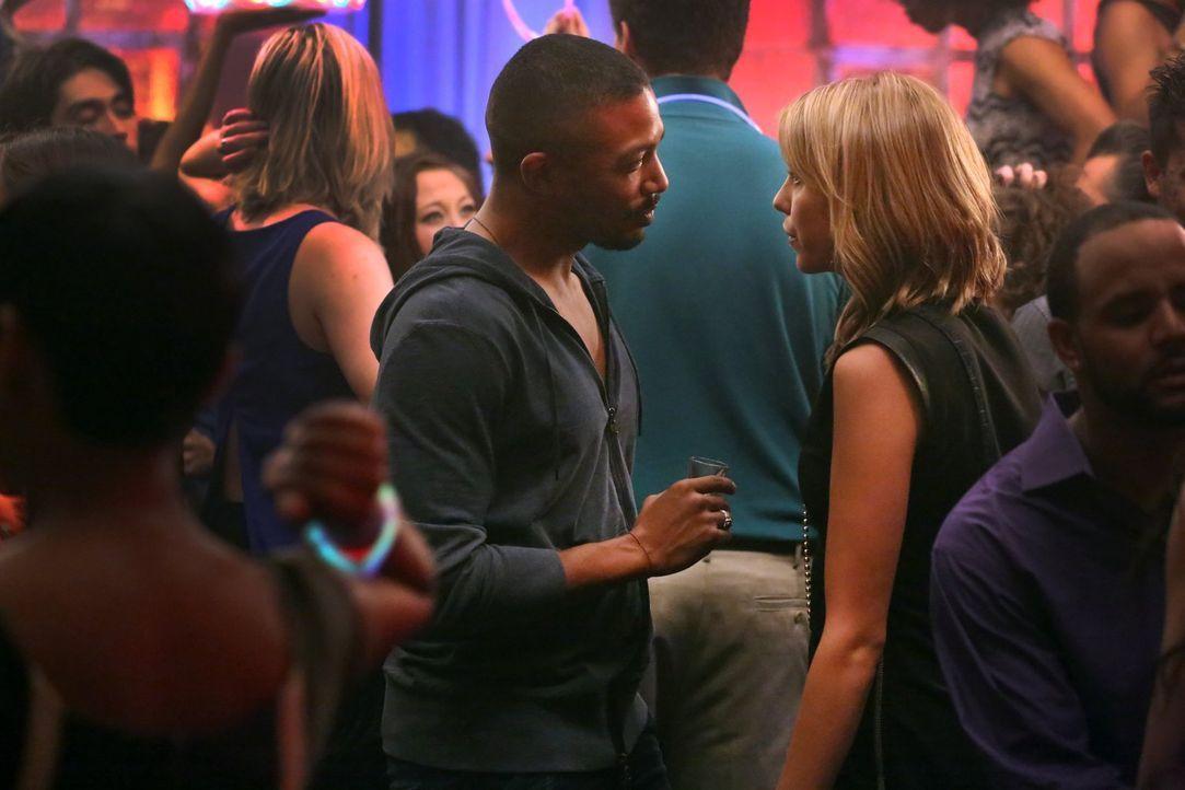 Marcel (Charles Michael Davis, l.) macht Freya (Riley Voelkel, r.) bewusst, dass sie, auch wenn sie eine Mikaelson ist, nicht gefahrlos im French Qu... - Bildquelle: Warner Bros. Entertainment Inc.