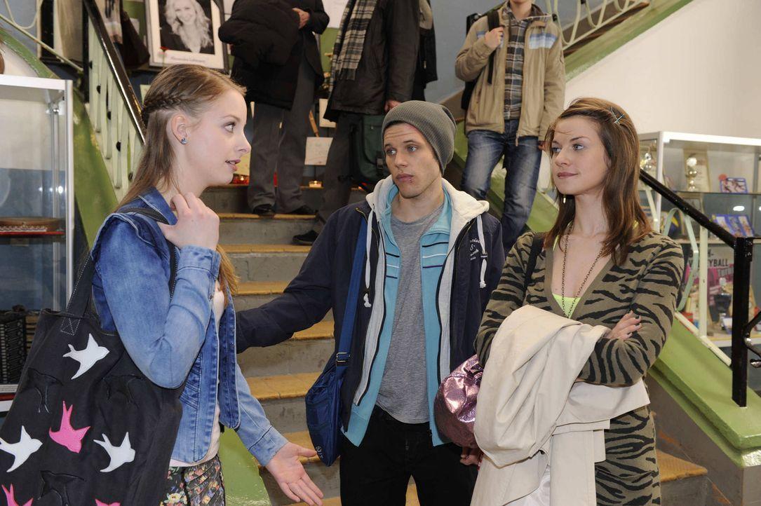 Was ist nur bei Lara (Amelie Plaas Link, l.), Bodo (Frank Ziegler, M.) und Jenny (Lucy Scherer, r.) los? - Bildquelle: SAT.1