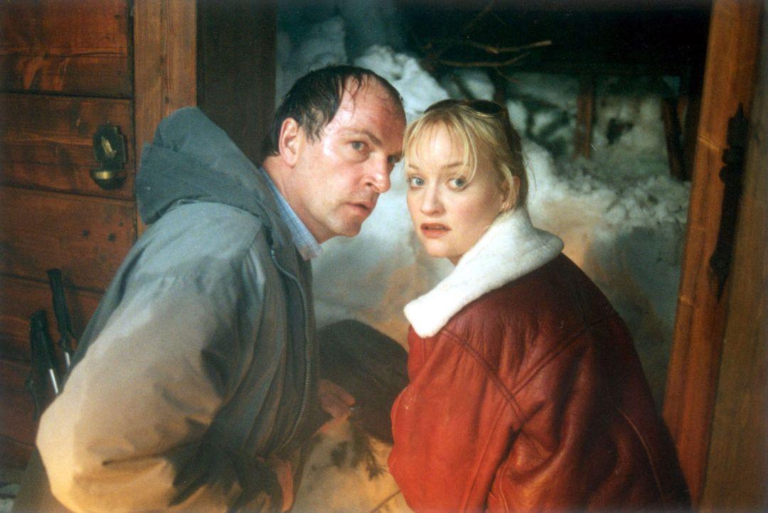 Dr. Meinert (Herbert Knaup, l.) und seine Freundin Maria (Eva Herzig, r.) sind mit einem mutmaßlichen Mörder in ihrer Hütte in den Bergen unter e... - Bildquelle: Laemmerer Cinemakers