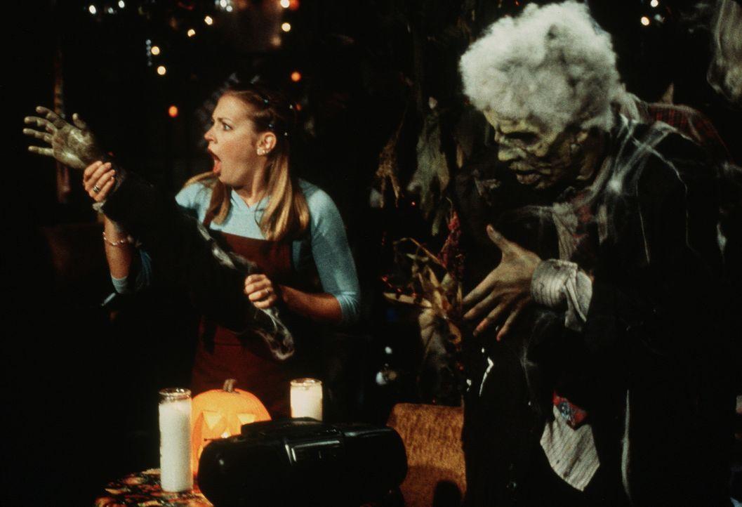 Während Sabrinas (Melissa Joan Hart, l.) Abendschicht in Joshs Café tauchen Zombies auf, die eine Party feiern wollen. - Bildquelle: Paramount Pictures