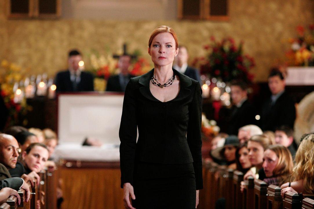 Als Bree (Marcia Cross) ihren verstorbenen Ehemann im Sarg sieht ist sie außer sich ... - Bildquelle: 2005 Touchstone Television  All Rights Reserved