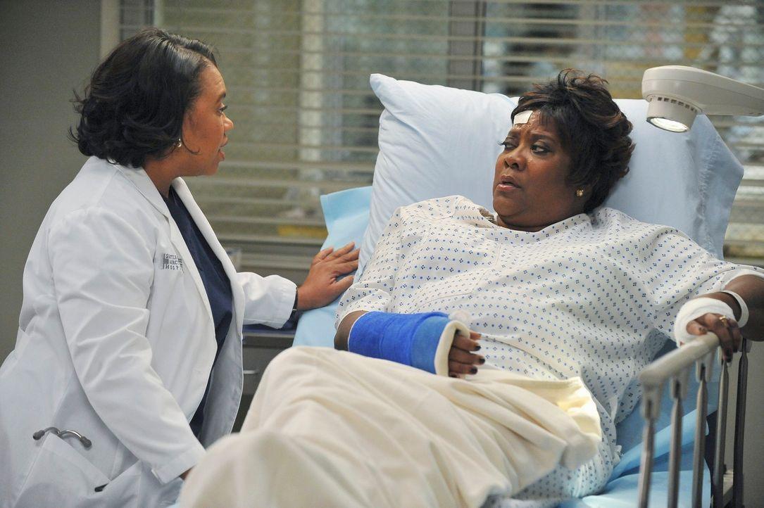 Während Mark sich in seinem wilden Trio mit schweren Problemen rumschlagen muss, kümmert sich Bailey (Chandra Wilson, l.) um Webbers Frau Adele (Lor... - Bildquelle: ABC Studios