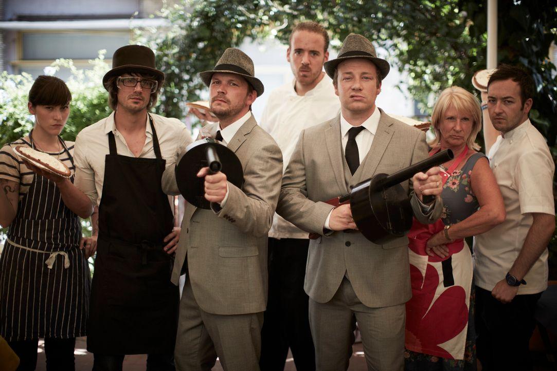 Italienische Mafiosi? Jamie (3.v.r.) und Jimmy (3.v.l.) schrecken in ihrem Food-Fight vor nichts zurück ... - Bildquelle: David Loftus David Loftus 2014