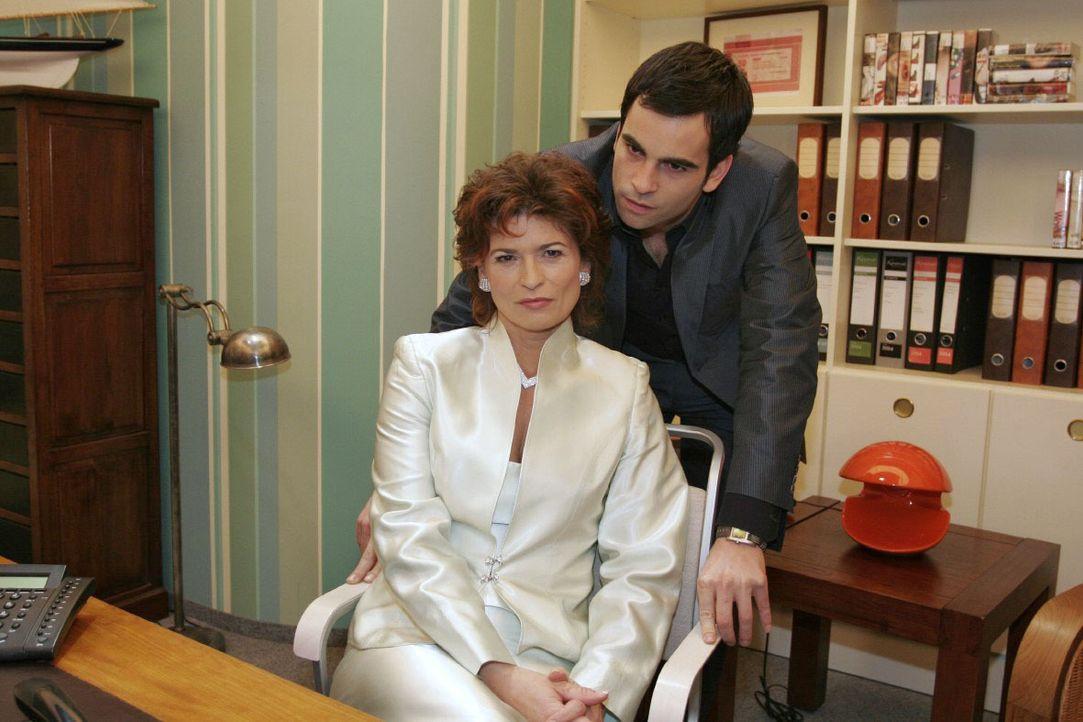 David (Mathis Künzler, r.) macht Sophie (Gabrielle Scharnitzky, l.) unmissverständlich klar, dass sie sich nicht in seine und Lisas Angelegenheiten... - Bildquelle: Noreen Flynn SAT.1 / Noreen Flynn