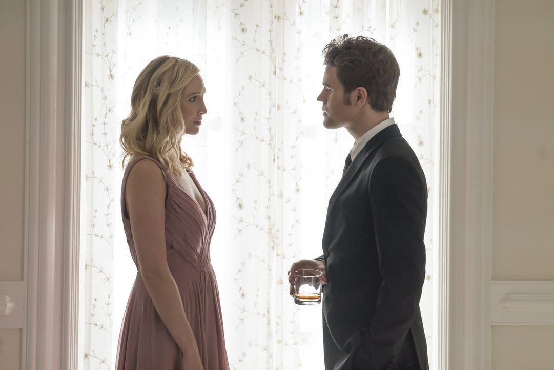 Das Zusammentreffen zwischen Caroline (Candice King, l.) und Stefan (Paul Wesley, r.) verläuft anders, als bei Verlobten erwartet, während Damon in... - Bildquelle: Warner Bros. Entertainment, Inc.