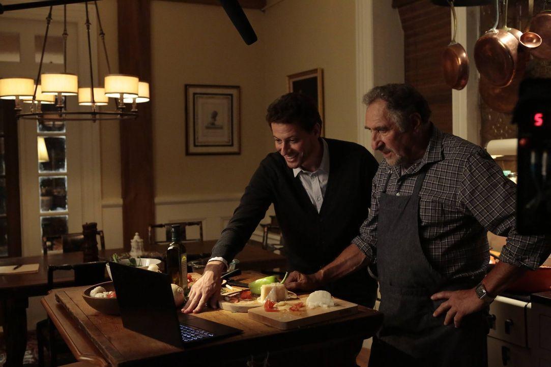 Beim Abendessen kommen Henry (Ioan Gruffudd, l.) und Abe (Judd Hirsch, r.) dem Mörder langsam näher ... - Bildquelle: Warner Brothers