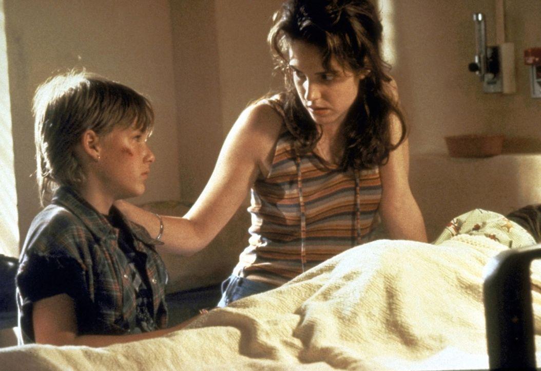 Da sein Bruder Ricky in einem Schock-Koma liegt, erzählt Mark (Brad Renfro, l.) seiner verstörten Mutter Dianne (Mary-Louise Parker, r.) nur Bruch... - Bildquelle: Warner Bros.
